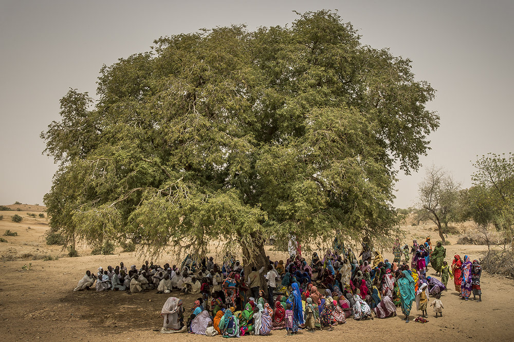 Under a tree, at the periphery of Fodji village, close to Hadjer-Hadid city, in Assoungha district, Ouaddaï region, more than 300 persons (73 men and 245 women) attend an information session about Health. When finished, jerricans, bleach, soap, filtering veils will be distributed. Subject of the day: how to purify the water to reduce diseases related to the consumption of water collected in the wadi.