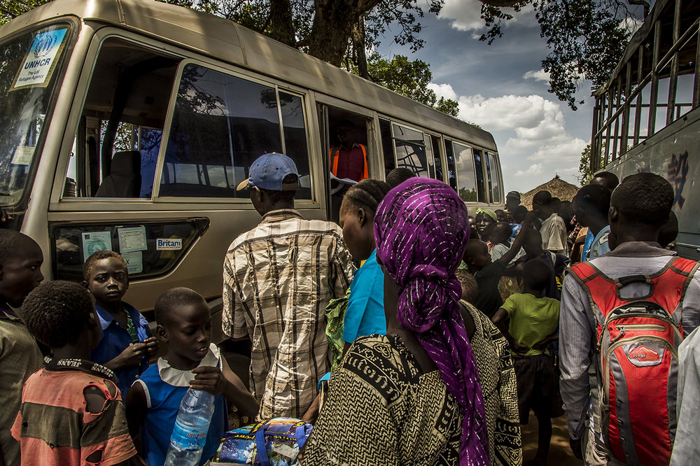 Meeting point near the Busia border entry point. Refugees board in a minibus that will take them to the Goboro transit center, where their refugee status will be screened, first aid provided, food and clean water available. As soon as possible, they will be driven to Imvepi, a reception center, 2 hours from there.