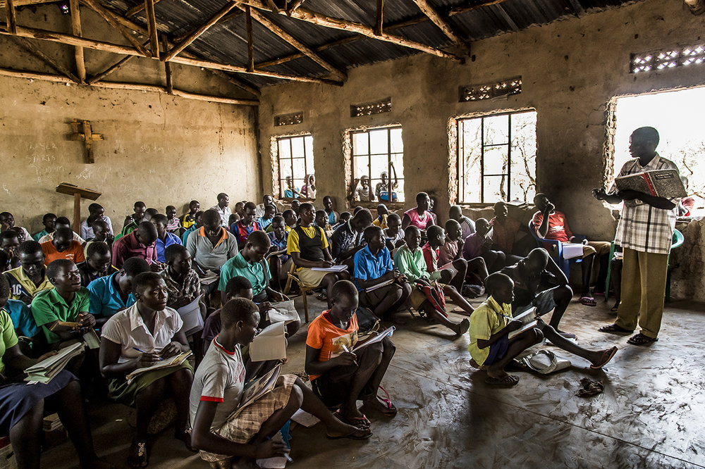 English course at a primary school in the Bidibidi settlement area. It was built fifteen years ago during the previous exodus, during the war of independence. The current director, Oliver Lomindet, 40, is upset to find the institution where he was then a teacher. As if the war never ended. He fled his country again in February 2017, as did the school's 2,277 students and volunteer teachers. The lack of chairs allows up to 100 children to be crammed into the remaining classes.