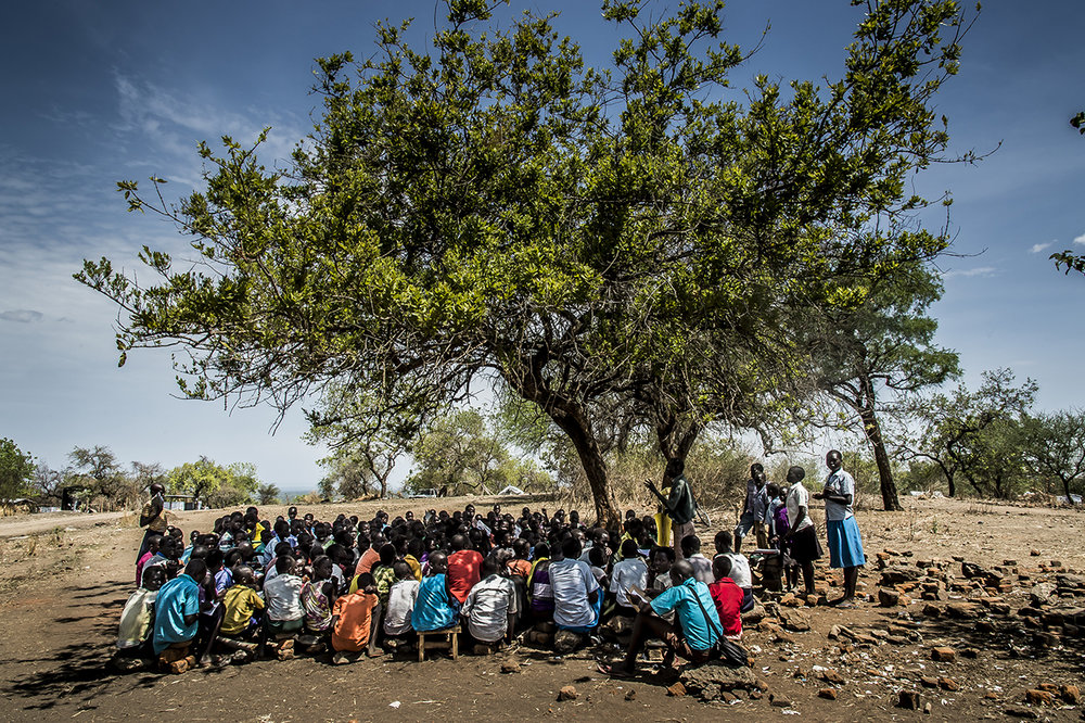 Schoolchildren follow the course in the shade of a tree, sitting on bricks. No table? Anyway, few have notebook or pencil in this primary school of the Bidibidi settlement area built fifteen years ago during the previous exodus, during the war of independence. The current director, Oliver Lomindet, 40, is upset to find the institution where he was then a teacher. As if the war never ended. He fled his country again in February 2017, as did the school's 2,277 students and volunteer teachers.