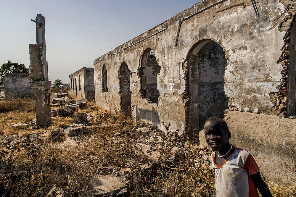 The ruins of the Governor's Palace in New Fangak. The city, also called Phom El Zeraf, is located in northern Jonglei State, accessible by boat from Malakal, the capital of Upper Nile State. The area, the SPLM-IO stronghold, was attacked by government forces in November 2014, with the rebels losing control of the area, announcing: « The Kiir tribal army has entered Phom El Zeraf and deliberately destroyed all infrastructure. » The SPLM-IO later claimed to have taken over the area. An NGO evaluation team later found that « the city had been wiped off the map and the hospital was completely destroyed. »