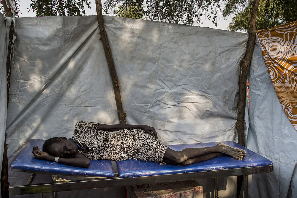 Nyathor Lul says she is 40 years old when she seems to be close to 60. Suffering from bronchitis, with a glucose deficiency, exhausted and in hypothermia, she rests in the observation room of a mobile clinic. She will be evacuated to Akobo City Hospital, a half-hour drive away.