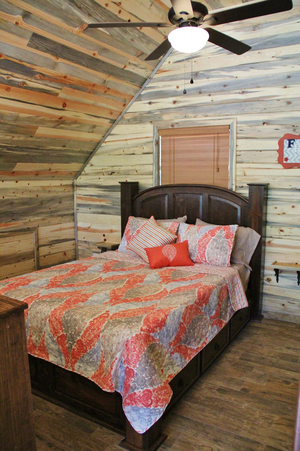 Sabine Cabin - Loft Bedroom