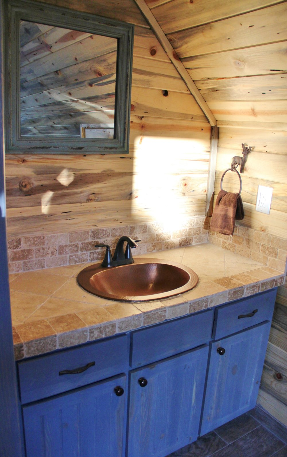 Medina Cabin | Loft Bathroom