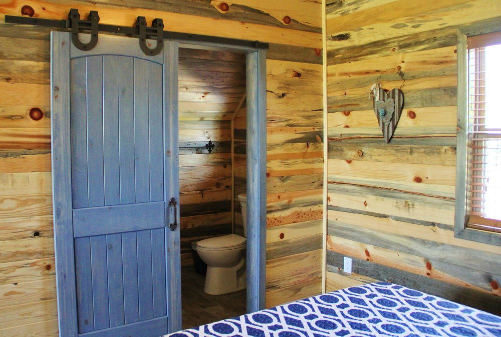 Llano Cabin - Downstairs Bathroom