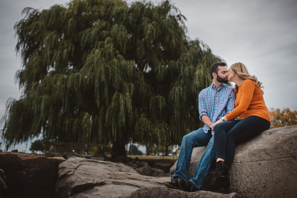 Edgewater Park Cleveland Engagement Session-0022.jpg