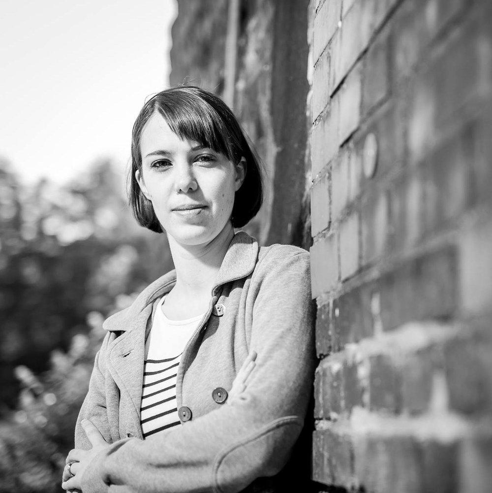 """AGNES OTTO ist Regieassistentin am Schauspielhaus Bochum, fotografiert gerne und hat was mit Literatur studiert. Sie mag Bilder in echt, in Bewegung und festgehalten. Die Produktion """"Eine Familie"""" begleitet sie während der Probenzeit mit der Kamera.   EINE FAMILIE"""