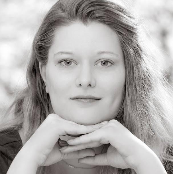 """STEFANIE BÜTTGENBACH  ist Theaterpädagogin und studiert Theaterwissenschaften.  Bei der """"Familie"""" war sie Regieassistentin. Jetzt verwirklicht sie mit dem ensemble zwanzigfuenfzehn ihre erste Produktion als Regisseurin. Steffi liebt Yoga und findet, dass Theater immer an unsere Lebenswirklichkeit andocken muss.   EINE FAMILIE  /  FRÄULEIN ELSE"""
