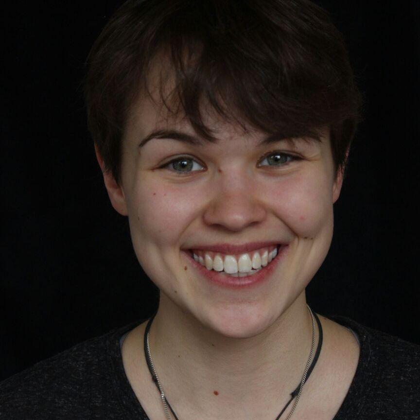 JANA DEPPE  befindet sich momentan auf Vorsprechtour an Schauspielschulen.Beim Kickboxen und Taekwondo kann sie sich selbst vergessen. Wenn sie mit ihrem treuen Begleiter, ihrem Fahrrad, zu einer Theaterprobe radelt, dann freut sie sich darauf ihrer größten Leidenschaft nach zu gehen. Jana spielt in zwei Produktionen des ensemble zwanzigfuenfzehn.   EINE FAMILIE /  VON DEN BEINEN ZU KURZ