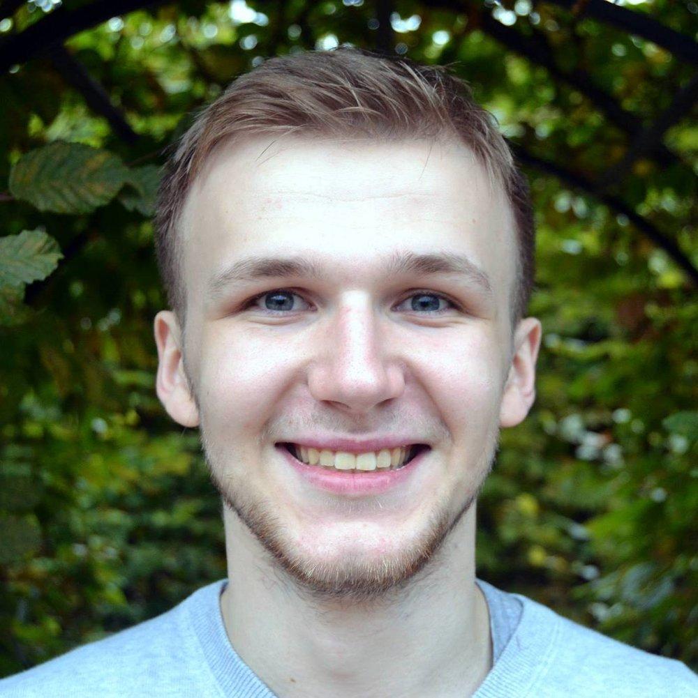 """NIKITA BULDYRSKI  spielte als Teil des ensemble zfz bei der """"Familie"""". Jetzt konzentriert er sich voll und ganz auf seine Vorsprechen an deutschsprachigen Schauspielschulen.   EINE FAMILIE"""