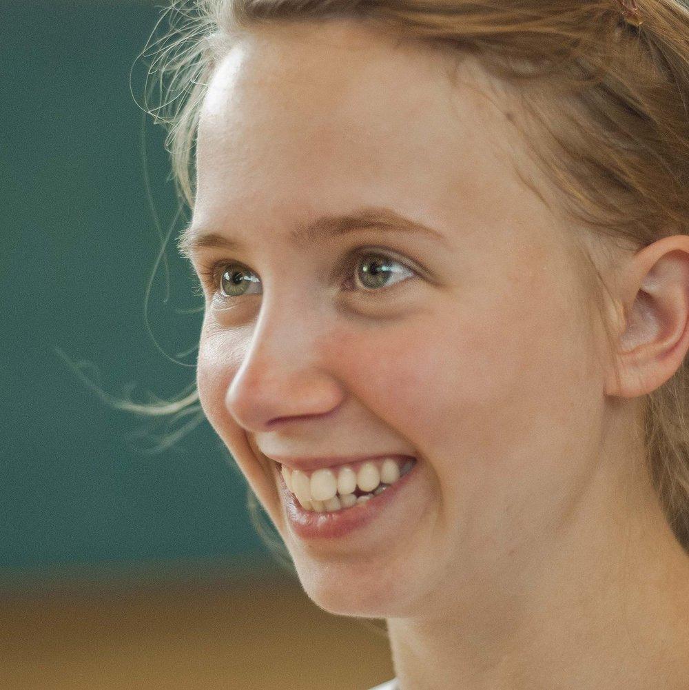 MAGDALENA KRUSKA  studiert Angewandte Kultur- und Literaturwissenschaften und mag Tanz und Bewegung. Außerdem interessiert sich sich für Theater, Film und einen kreativen Austausch. Bald geht sie nach Cordoba. Sie ist Teil des ensemble zwanzigfuenfzehn.   EINE FAMILIE