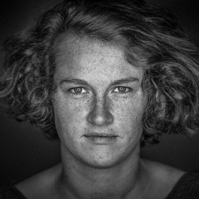 """NADINE BACHSTEIN  sprang als Regieassistentin der ensemble zfz-Produktion """"Eine Familie"""" ein. Nach jahrelanger Arbeit als Softwareentwicklerin fand sie 2017 zum ersten Mal zum Theater und findet seither nicht so recht wieder raus. Was ein Glück.   EINE FAMILIE"""