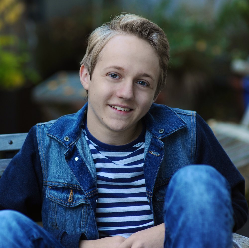 JAKOB SCHMIDT  ist Schauspielschulprüfling und Abiturient. Seit 2010 ist er auf Bühnen im Ruhrgebiet und manchmal auch im Fernsehen oder Kino zu sehen. Jakob ist Teil des ensemble zfz.   EINE FAMILIE