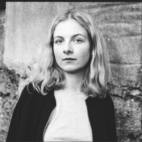 """JULE OETTINGHAUS  studiert Psychologie. Zuvor hat sie ein Jahr in der Kostümabteilung des Schauspielhauses Bochum als FSJlerin ihre Zeit verbracht und ihr Herz daran gehängt. Bei der ensemble-Produktion """"Orbit"""" wird sie das Kostümbild gestalten.   VON DEN BEINEN ZU KURZ"""