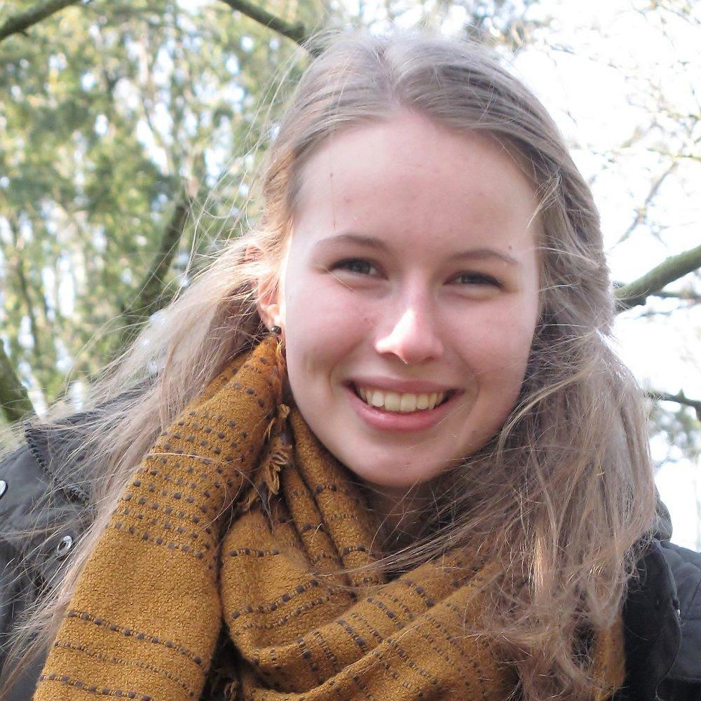 """ANNIKA HILGER  ist Regieassistentin bei der Produktion """"Die Zofen"""". Sie studiert Theaterwissenschaft & Anglistik und ist von der Vielfältigkeit des Theaters fasziniert. Deswegen will sie Erfahrungen im Theaterbereich sammeln und kann sich ein Leben ohne Kunst nicht mehr vorstellen.   DIE ZOFEN"""