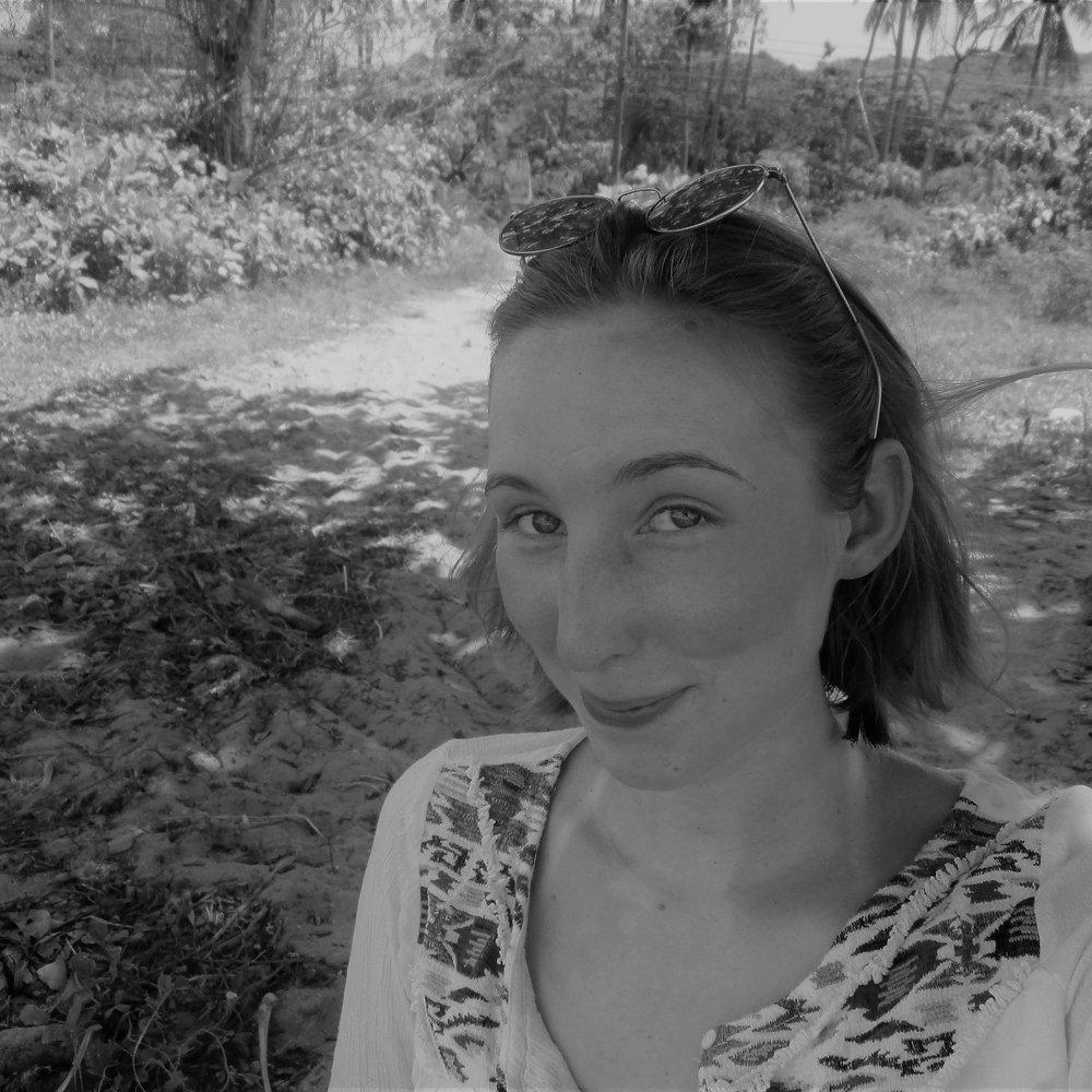 JOYCE THUMB VON NEUBURG geht vorsprechen und studiert Literatur- und Theaterwissenschaft. Sie spielte bei einigen Produktionen am musischen Zentrum der Ruhr-Uni mit und ist immer auf der Suche nach neuen Projekten, denn ein theaterloses Leben ist für Joyce undenkbar.   DIE ZOFEN