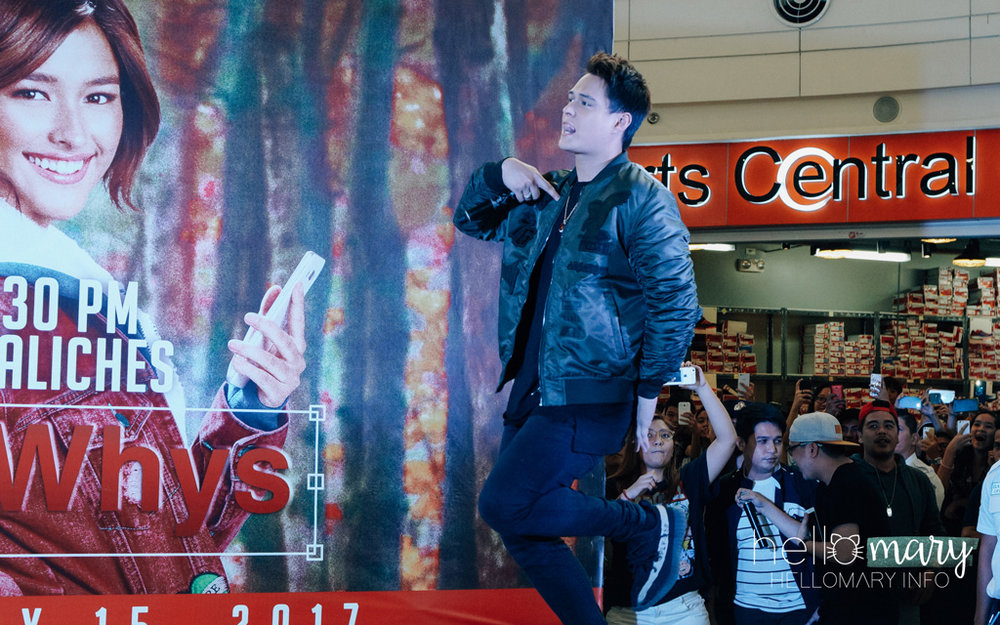 Enrique Gil dancing his way up the stage with his tongue out! HAHA