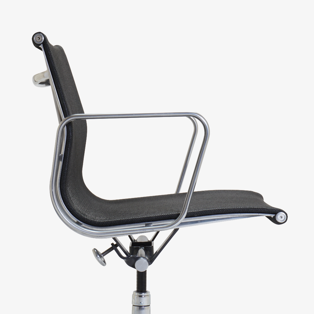 Aluminum Group Management Chair in Black Mesh by Charles & Ray Eames for Herman Miller5.png