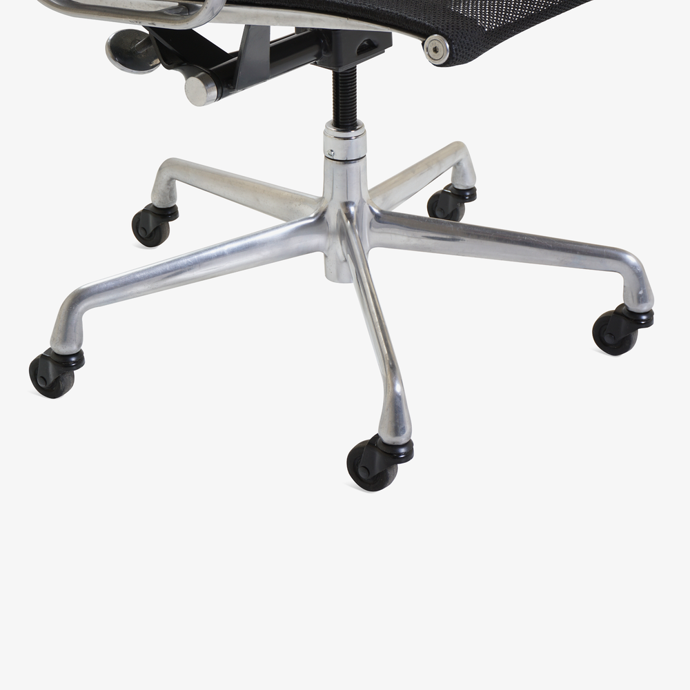 Aluminum Group Management Chair in Black Mesh by Charles & Ray Eames for Herman Miller6.png