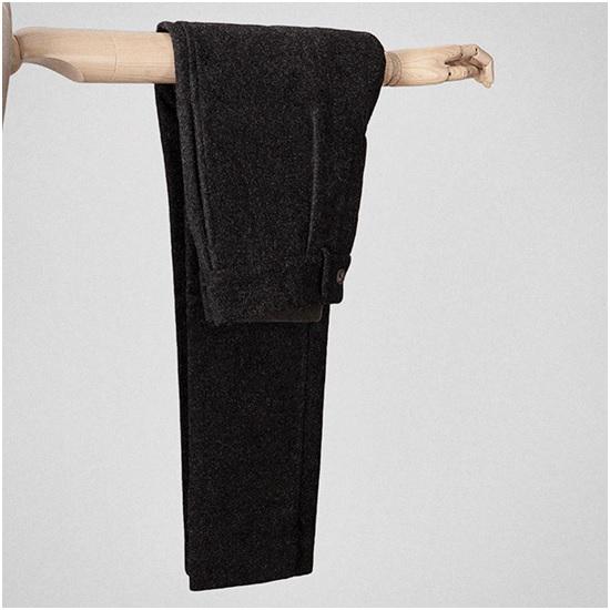 Ici un pantalon S.E.H Kelly – Tissu et pantalon fabriqué en Angleterre dans une laine issue de moutons de la race Shetland. (Laine écossaise souvent utilisée pour la fabrication du tweed) Tissu lourd, à privilégier pour l'hiver et pour les tenues plus Workwear. Un blazer en laine SuperXXX ne passerait pas bien avec. En laine bouillie ça serait parfait.