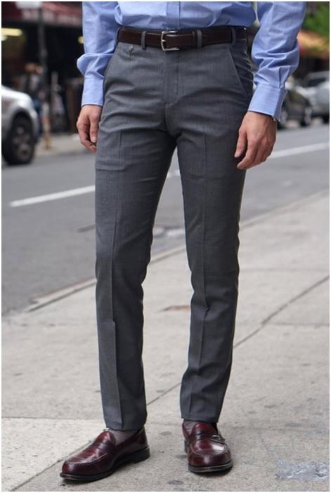 Ici un pantalon de chez Epaulet NewYork en laine 120's de moins 200gr: ce pantalon peut être porté l'été sans aucun problème. Il est très léger et laisse passer l'air. (Bien ventilé) Et en hiver aussi. Enfin sauf s'il y a un blizzard avec des rafales à -20°. Mais bon à cette température c'est une combinaison de ski qu'il vous faut.