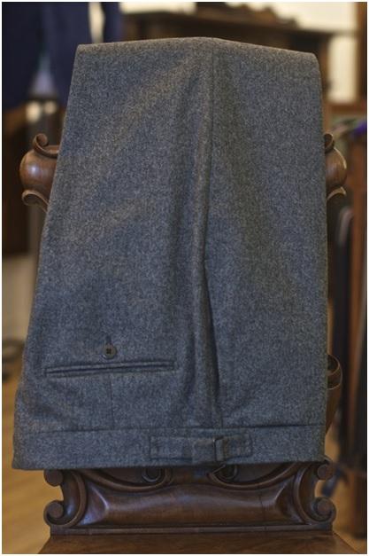 Pantalon en flanelle de laine de chez Fox Brothers. L'un des meilleurs fournisseurs britannique de tissus en la matière – Tissu disponible dans la boutique de Jean Manuel Moreau à Paris !