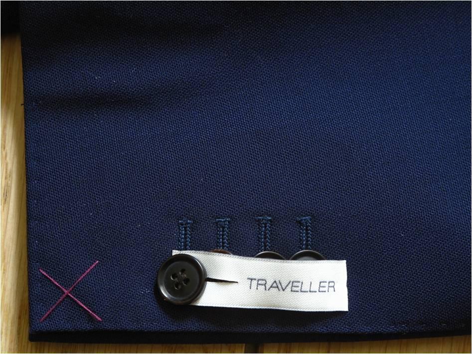 Manches cousues – on apprécie également que les boutons soient fonctionnels ! On peut les ouvrir. L'ADN de ce costume se voulant très italien, ils se chevauchent légèrement.