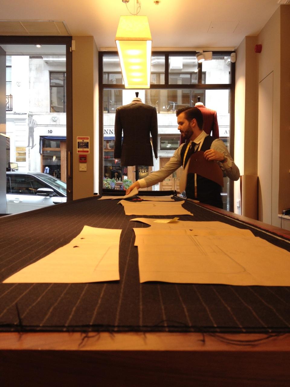 """Sur Savile Row, chez Kathryn Sargent : Choix du tissus, patronnage et découpe par Alistair le """"cutter"""" de la maison"""