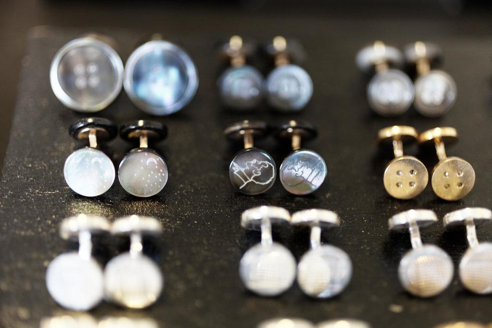 On peut distinguer des boutons en nacre grise