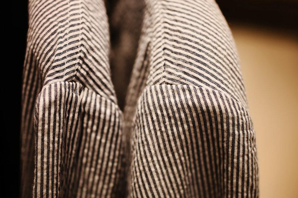 Veste en seersucker pour l'été :ce tissu gauffré qui évacue très bien l'humidité. Une chemise trempée dans cette matière séchera en moins d'une heure au soleil !