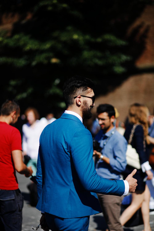 Vous aurez remarqué que ce costume ne provient pas de chez Boglioli. En fait on a sorti cette photo de nos archives ( Pitti 92 ) pour vous montrer ce que l'on entend par veste courte. Là clairement elle est un peu trop courte à notre goût, surtout pour un costume. En descendant jusqu'au bas de fesses ça aurait été beaucoup mieux. Moins à la mode peut être, mais une longueur qui vous permet de garder plus longtemps votre veste sans être trop ridicule