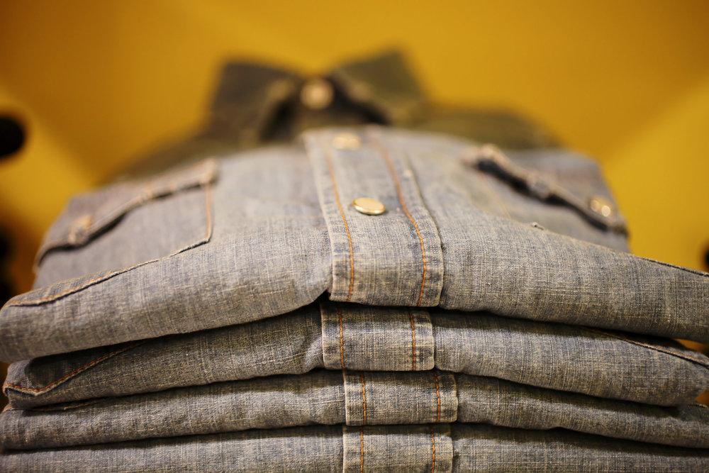 Aspesi est historiquement un fabricant de chemise. Les vendeurs portent d'ailleurs très souvent un très beau combo : chemise en chambray avec deux poches plaquées sans fermetures à rabat +chino beige + ceinture tréssée marron foncé