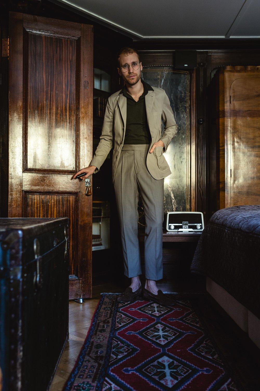Col relevé par-dessus la veste - comme les mafioso italiens à leur époque  Veste Lardini, pantalon The Gigi, polo Zanone du groupe Slowear