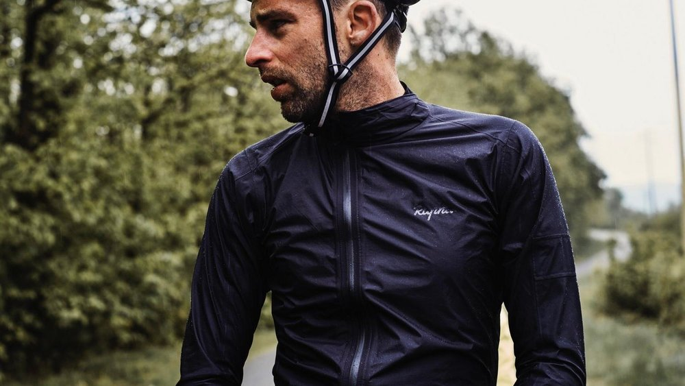 La veste pluie de la collection Core - 135€  Rapha.com