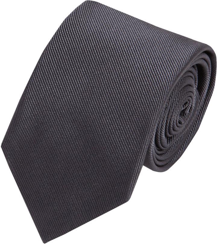 Exemple ici avec une cravate de chez Brunello Cucinelli en twill de soie. Les côtes sont en diagonales.