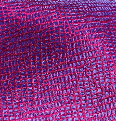 Exemple de tissus jacquard d'une cravate Charvet. On distingue très nettement que les motifs violets et sont pas dûs a une impression numérique mais d'un entrecroisement complexe de fils.