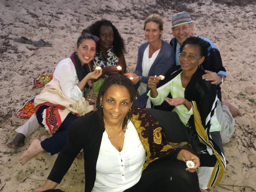 Ceremonia de ofrecimiento de luz generando compasión en la playa.