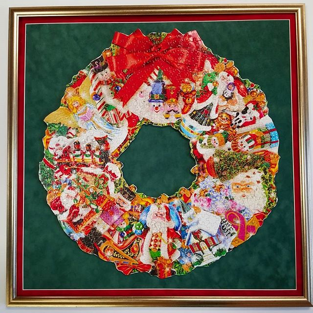 This 250 piece Christmas Wreath puzzle comes to life with the perfect frame and mat. #christmas #wreath #puzzle #customframing #loveyourwalls #lynartframing