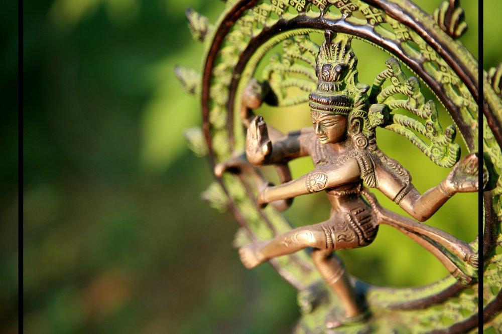 Shiva Nataraja... Den dansende Shiva. Et av de mest sentrale hinduistiske symbolene som uttrykker livets rytme; den evige rund-dansen mellom skapelse og ødeleggelse, mellom liv og død. Målet med dansen er å frigjøre mennesket fra blant annet likegyldighet og uvitenhet. I denne kraftfulle dansen danser Shiva verden inn og ut av eksistens med stoisk ro, noe som henviser til å ha et fullstendig overblikk og uendret væremåte, uansett hva som skjer.