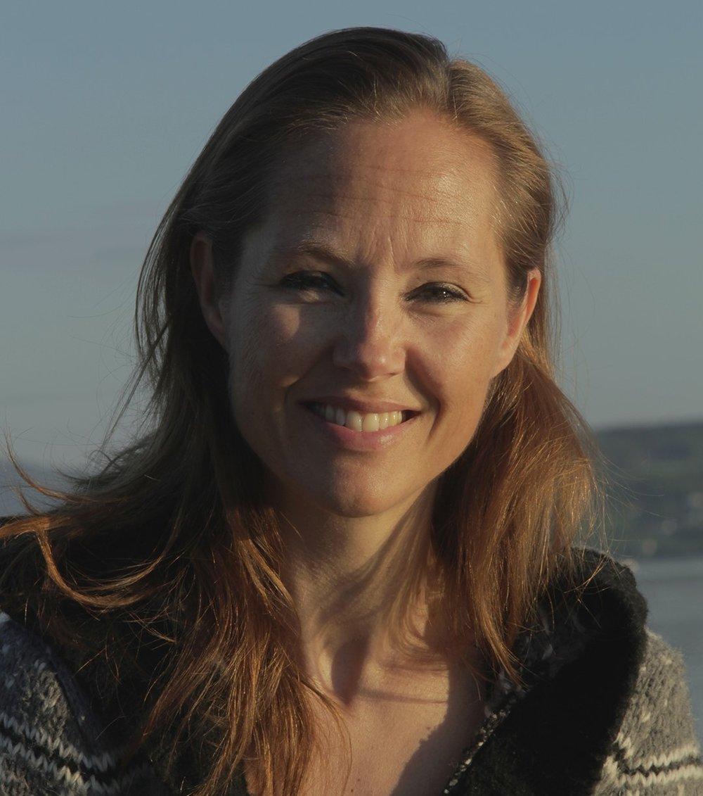 Cecilie Salsten Cecilie er eier og daglig leder påFlyt Yoga. Cecilie er sertifisert yogalærer innen Yoga Somatics (RYS). Cecilie har lang og bred erfaring innen idrett og fysisk aktivitet, både som utøver og pedagog. Hun har tidligere vært profesjonell danser og har flere norgesmesterskap i Rytmisk Gymnastikk.Interessen for fysisk aktivitet og bevegelse førte henne til Norges idrettshøyskole i Oslo (NIH) hvor hun gjennomførte sin idrettsfaglige utdannelse. I tillegg har hun en master i språk og kultur. Cecilie har undervist yoga siden 2010 og har også fordypet seg i arbeid en til en, både på land og i vann. Høsten 2014 ble hun sertifisert gjennom Worldwide Aquatic Bodywork Registry (WABA/WABR) og Somatic Awareness Institute som Tantsu Practitioner og Tantsu Somatic Educator. Hun er også sertifisert innen ThaiYogaMassasje, nivå 1. For tiden fordyper hun seg i klassisk Hatha Yoga på Yggdrasil Yogaskole i Oslo.