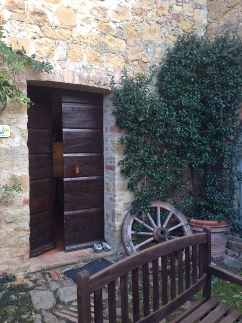 Entrance to apartment Il Granaio at Cretiaole