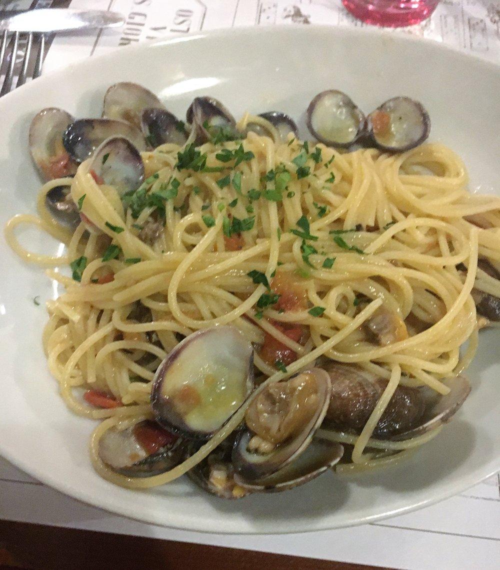 Spaghetti con vongole, Osteria Via San Giorgio, Lucca, December 2016.