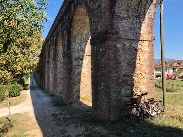 The Nottolini aqueduct stretches from Lucca to Vorno and is a favorite path for hikers and bicyclists. Photo by K. Chung, used with permission.