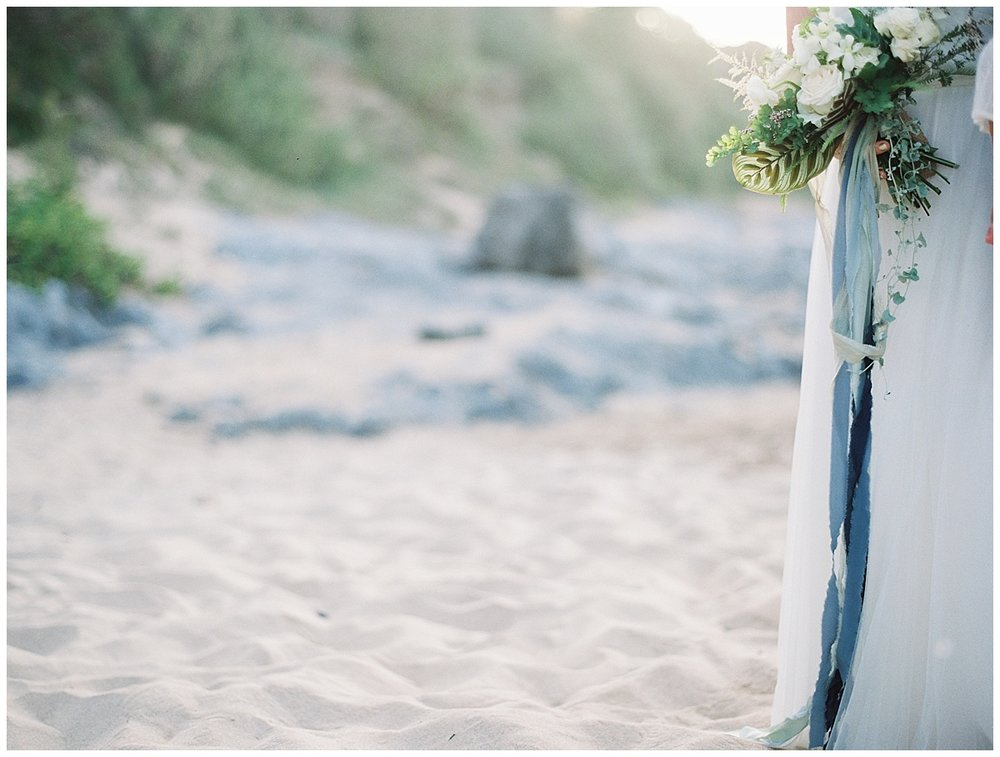 beach-elopement-bouquet-white-flower-blue-ribbon.jpg