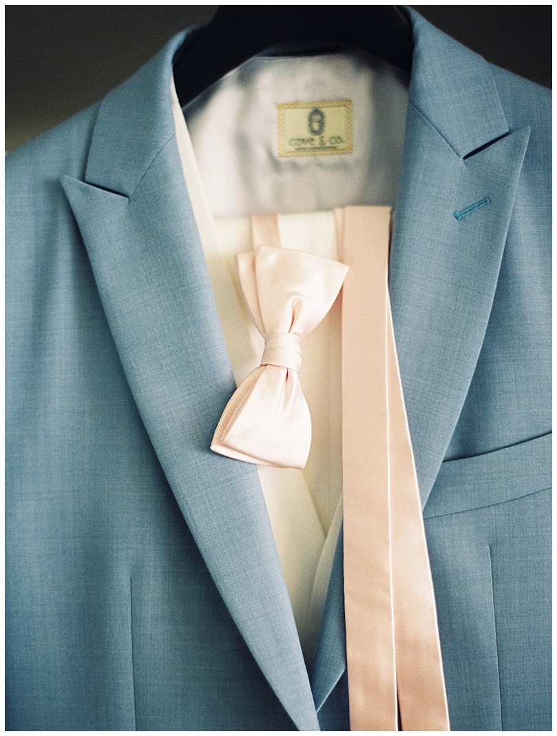 ironwoods-beach-elopement-maui-blue-suit-pink-bowtie