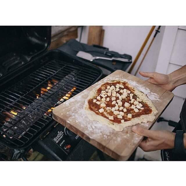 We had ourselves an epic pizza party this weekend! 4 different types of pies plus a #dessertpizza using marshmallows, say whaat? Oh, and it was all done on the grill 🔥 #grilledpizza #tonightwepizza