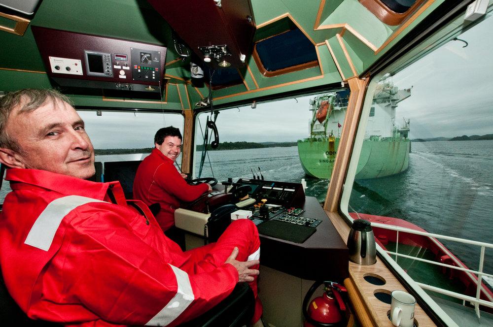 SKJÆR OG SMALT: Maskinsjef Arild Kristiansen (nærmest) og kaptein Henrik Domre passer på at gasstankeren Odin holder beste kurs mot Rafnes.