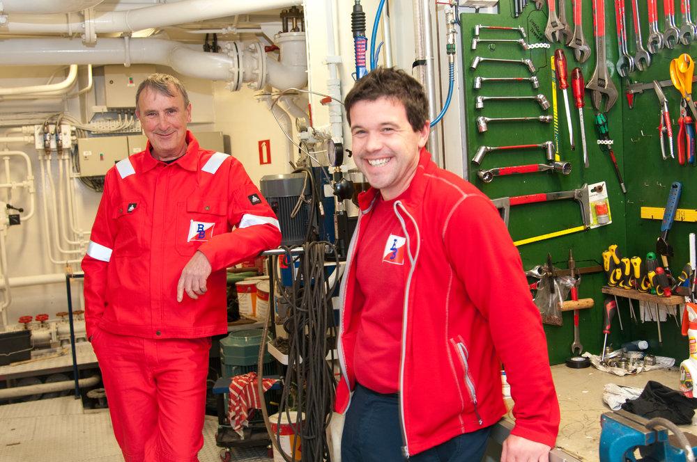 TEAM: Kaptein Henrik Domre imponeres av det flotte maskinrommet, mens maskinsjef Arild Kristiansen er på «hjemmebane».