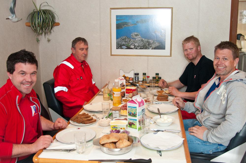 STANDARD: Ingen klager på maten om bord! Etter mange timers jobb er matlysten på topp for Henrik Domre, maskinsjef Arild Kristiansen, kokk Frank-André Hjelm og flåtesjef Stig Amundsen.
