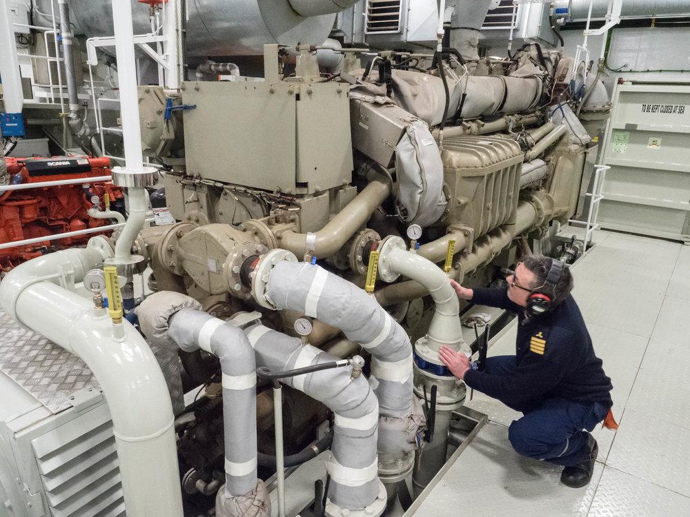LOKOMOTIV: Maskinsjef Michael Goveia sjekker tilstanden på den ene motoren, en GE 8 sylinders dieselmotor.